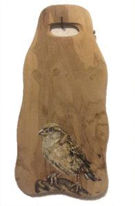 Mus op houten plankje